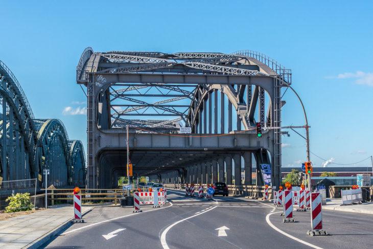 Die Freihafenbrücke wurde vor rund 100 Jahren doppelstöckig gebaut. In der oberen Etage ist Platz für eine U-Bahn-Strecke, die nie gebaut wurde. Die neue U4 endet direkt neben dieser Brücke.
