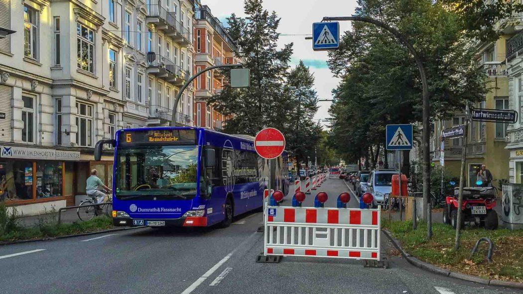 Ein Metrobus der Linie 6 passiert eine Baustelle in der Papenhuder Straße
