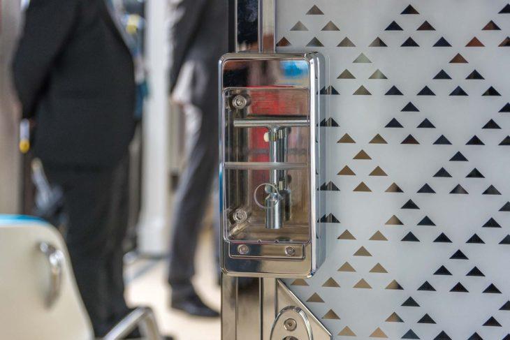Notschlüssel für Verbindungstür zwischen zwei Wagenklassen in der U-Bahn von Riad
