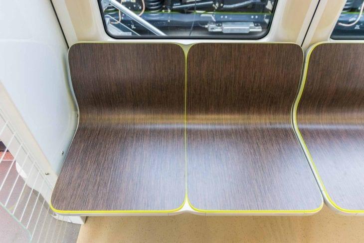 Sitzbänke in einer Üstra-Stadtbahn vom Typ TW3000 für Hannover