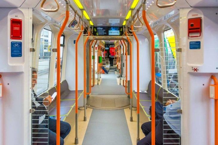 Innenraum einer Üstra-Stadtbahn vom Typ TW3000 für Hannover