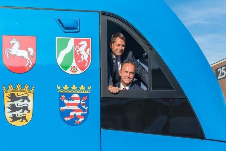 Niedersachsens Wirtschaftsminister Olaf Lies (oben) und Alstom Transport Deutschland-Geschäftsführer Didier Pfleger (unten) im Prototypen eines Alstom Wasserstoff-Triebwagens iLint auf der Innotrans 2016 in Berlin
