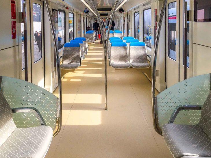 Familien-Klasse in einem U-Bahn-Zug für Riad