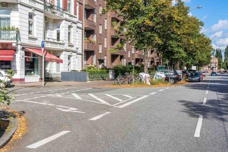Kellinghusensenstraße Ecke Schrammsweg: Hier werden Radfahrer vom Bürgersteig auf einen neuen Radfahrstreifen geleitet