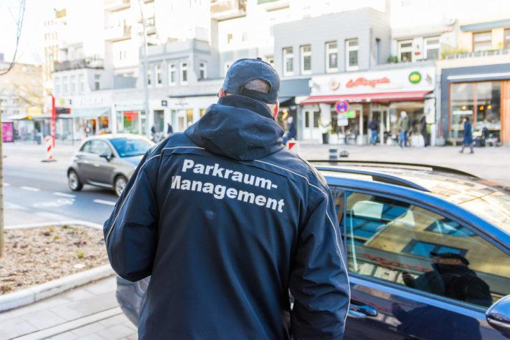 Ein Kontrolleur auf der Suche nach Falschparkern in Hamburg