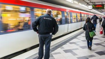 Ein Hochbahn-Mitarbeiter steht vor einem einfahrenden U-Bahnzug in der Station Wandsbek Markt in Hamburg