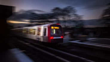 Ein U-Bahn-Zug vom Typ DT5 am Bahnhof Wandsbek Gartenstadt