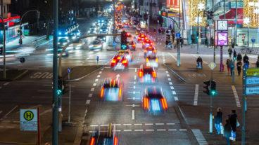 Dichter Auto-Verkehr zur Rush-Hour in Hamburg