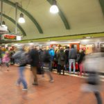 Menschen steigen in eine U-Bahn am Hauptbahnhof in Hamburg