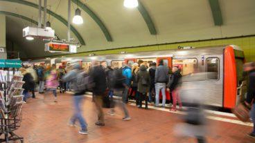 Bahn, Bahnhof, Bewegungsunschärfe, DT3, HVV, Haltestelle, Hamburg, Hauptbahnhof-Süd, Hochbahn, Menschen, Menschenmenge, Nahverkehr, Station, Tunnel, U-Bahn, U3, Umweltverbund, Winter, Zug, ÖPNV, Öffentlicher Nahverkehr