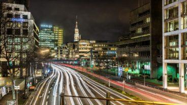 Autoverkehr bei Nacht in Hamburg