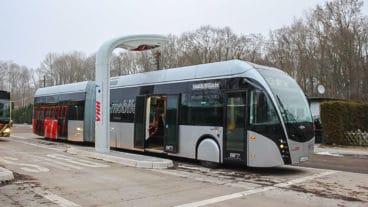 Neuer Batterie-Gelenkbus der VHH bei der Ladung