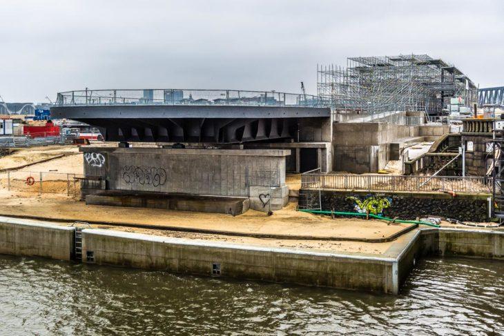 Der Wasserstand der Elbe zeigt: Viel Luft bis zu den Stationszugängen ist nicht.