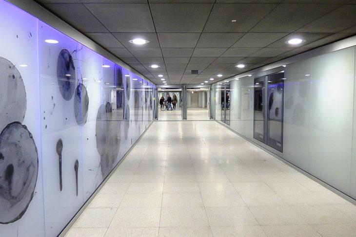 Neu gestaltete Zwischenebene im Hamburger S-Bahnhof Jungfernstieg