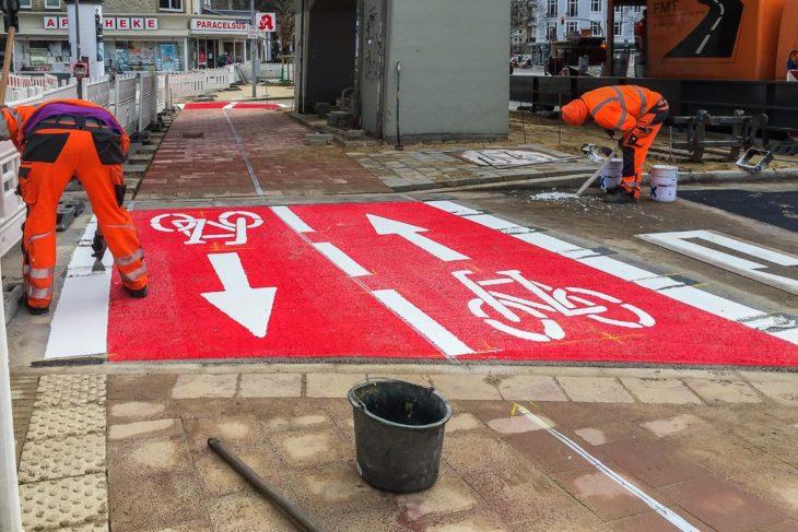 """Die letzten Arbeiten am """"neuen alten"""" Radweg an der Hoheluftbrücke laufen"""