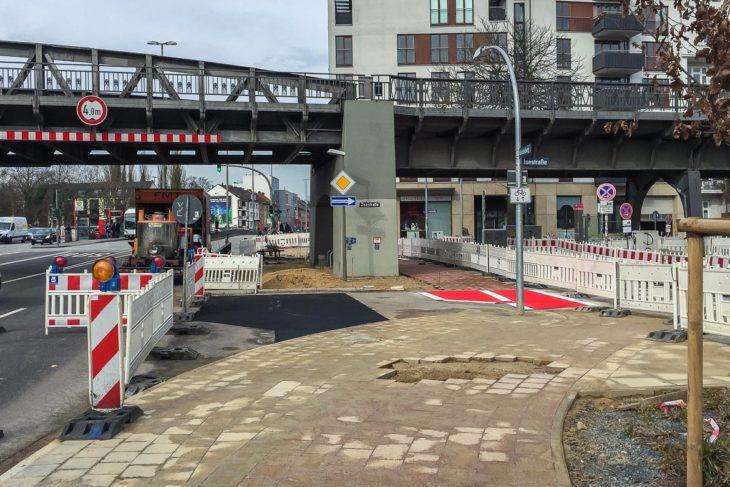 Der Ende 2016 eröffnete und jetzt wieder abgerissene neue Radweg führte direkt neben der Fahrbahn links am U-Bahn-Brückenpfeiler vorbei - und war konfliktträchtig. Künftig müssen Radfahrer wieder mit einem scharfen Schlenker rechts am Pfeiler vorbei.