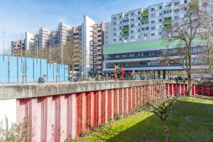Die Gründgenstraße wird auf beiden Seiten von massiven Spundwänden abgefangen. Die Idee: Wird die Straße irgendwann einmal für einen U-Bahn-Tunnel ausgebaggert, kann kein Erdreich nachrutschen. Das verhindert Setzungen bei den umliegenden Wohngebäuden.