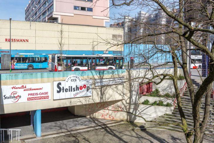 Der Eingang des Fußgängertunnels unter der Gründgenstraße in Steilshoop, der auf dem ersten Blick tatsächlich wie ein U-Bahn-Zugang aussehen könnte.