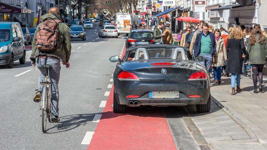 Regelmäßig ist der Fahrrad-Schutzstreifen im Mühlenkamp wegen Falschparkern unbenutzbar (25.3.2017)