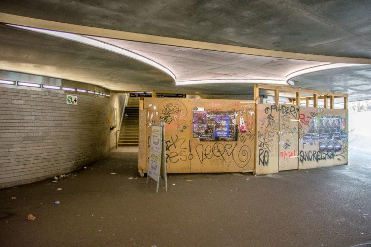 Durch den riesigen Holzverschlag, hinter dem sich die defekte Rolltreppe befindet, ist nur noch wenig Platz für den Treppenaufgang zum S-Bahnsteig. Hier müssen sich umsteigende Fahrgäste von und zur U-Bahn hoch- und runterquetschen.
