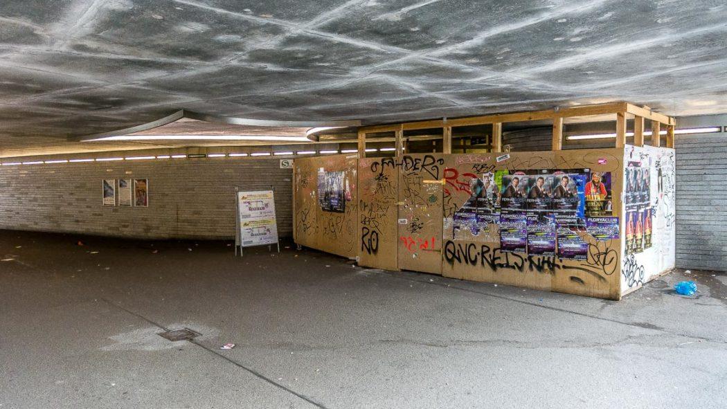 Die Treppen zum S-Bahnsteig an der Sternschanze sind hinter einem riesigen Holzverschlag gut versteckt