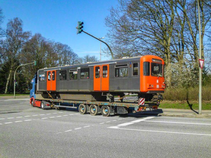 Auf einem Lastwagen wurden am vergangenen Montag die ersten Schrott-Waggons zu einem Recyclingbetrieb nach Lübeck gebracht