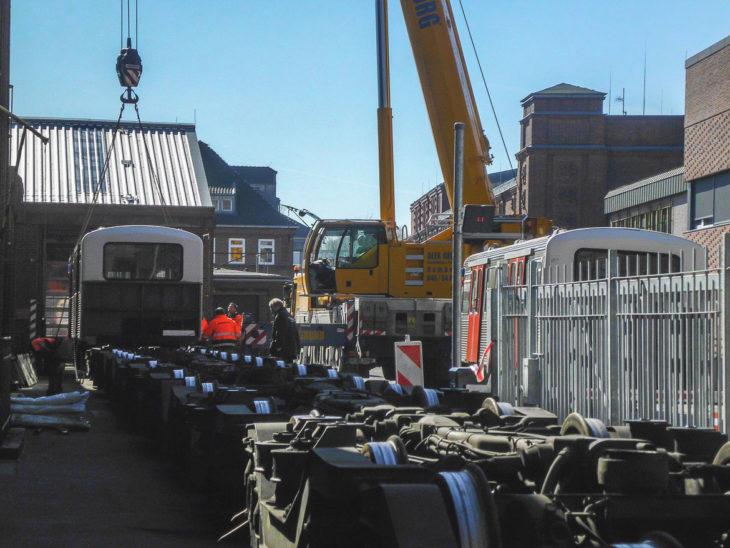 Mit einem Kran wurden die ersten Schrott-Waggons am vergangenen Montag in der U-Bahn-Hauptwerkstatt in Barmbek auf Lastwagen verladen