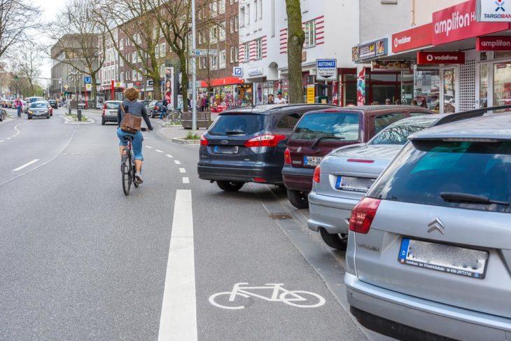 Querstehende Falschparker blockieren den Radfahrstreifen In der Osterstraße - außerdem können ausparkenden Wagen herankommende Radfahrer nicht sehen (2.4.2017)