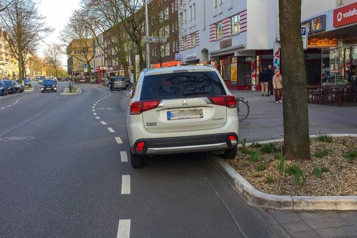 Halb Blumenbeet, halb Fahrrad-Schutzstreifen: Falschparker in der Osterstraße (4.4.2017)