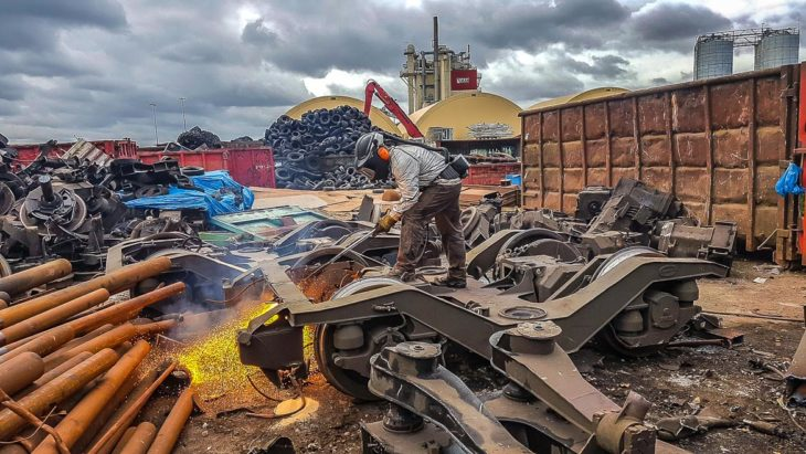 Per Hand werden die alten Drehgestelle der DT3-Fahrzeuge in Lübeck zerlegt