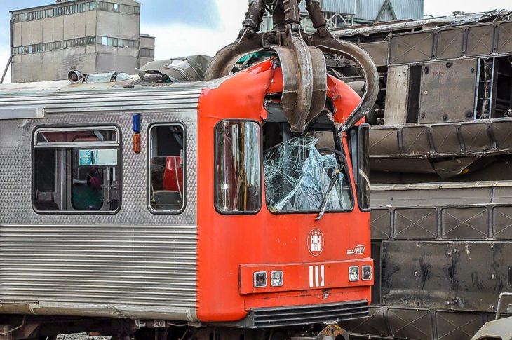 Das war's: Ein Greifarm gräbt sich tief in den alten Hamburger U-Bahn-Wagen und zerlegt ihn