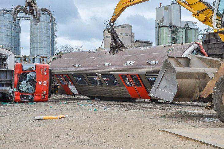 Hier wird eine weiterer Hamburger U-Bahn vom Typ DT3 in Lübeck zerlegt