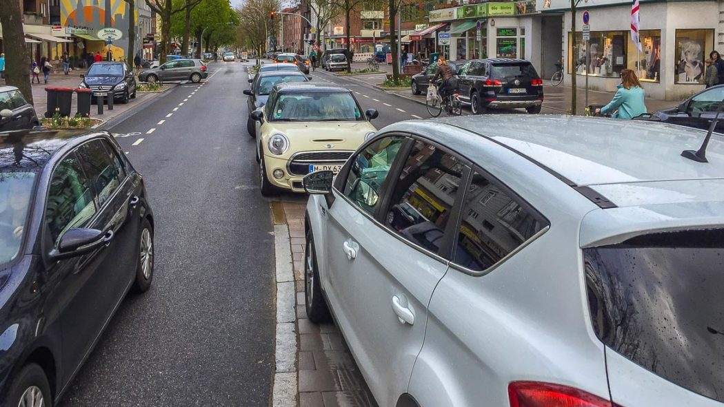 Völlig zugeparkter MIttelstreifen auf der Osterstraße. Fußgänger haben kaum eine Chance, die Straße zu queren