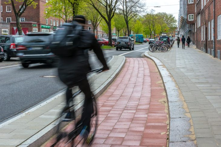 Eine rund 30 Meter lange geschützte Radspur (Protected BIke Lane) in der Straßburger Straße in Hamburg