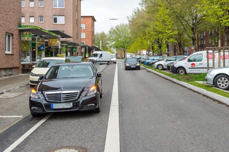 Der neue Radfahrstreifen in der Strassburger Straße ist am 29.4.2017 gleich mehrfach durch Falschparker blockiert - trotz freier Parkplätze in direkter Nähe