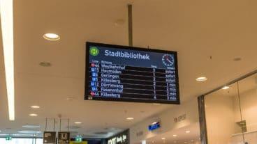 Vorzeige-Service für den Nahverkehr: Echtzeit-Anzeigetafel in einem Einkaufszentrum in Stuttgart