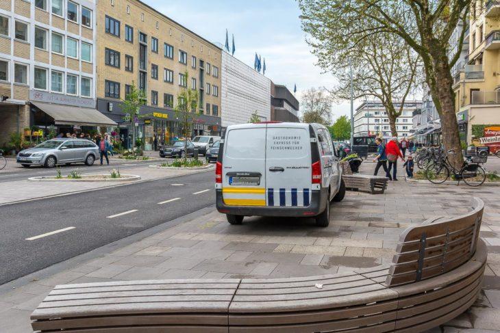 Ein Falschparker blockiert die neuen Sitzbänke an der Osterstraße (13.5.2017)
