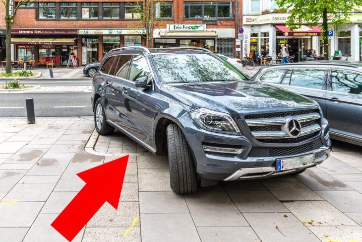 Obwohl in der Osterstraße nur noch längs geparkt werden darf, stehen viele Fahrzeuge quer und nehmen den Fußgängern Platz weg. Hier würden Poller helfen