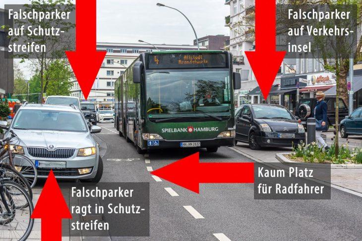 Drei Falschparker auf einem Bild. Der Bus muss in den Schutzstreifen ausweichen - für Radfahrer bleibt kaum Platz (Zum Falschparker vorne links: Trotz eingeschaltetem Licht ist kein Fahrer im PKW) (13.5.2017)