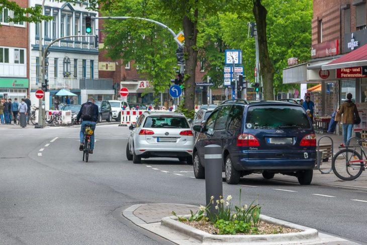 Zwei Falschparker blockieren den Fahrrad-Schutzstreifen in der Osterstraße. Die Radler müssen in den fließenden Verkehr ausweichen (13.5.2017)
