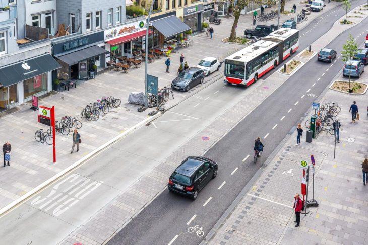 So sieht die neu umgebaute Osterstraße aus: Breite Fußwege, schmale Rad-Schutzstreifen und schmale Fahrbahnen