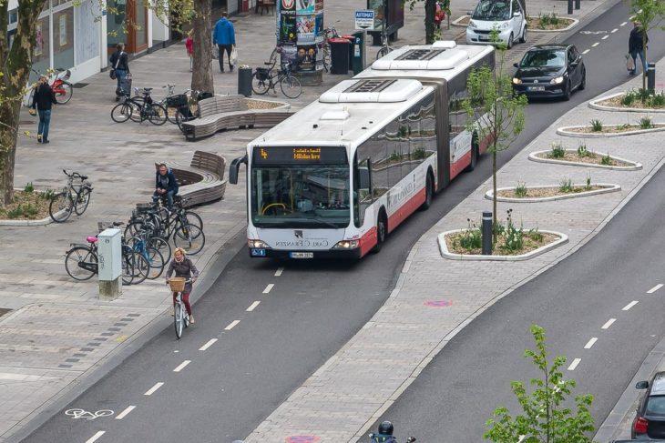 Fahrbahnen und Fahrrad-Schutzstreifen auf der Osterstraße sind so schmal, dass Busse fast zwangsweise in den Radfahrerbereich ragen