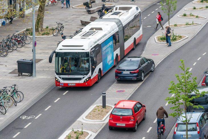 Ein Falschparker auf der mittleren Verkehrsinsel in der Osterstraße zwingt den Bus auf den Fahrrad-Schutzstreifen (13.5.2017)