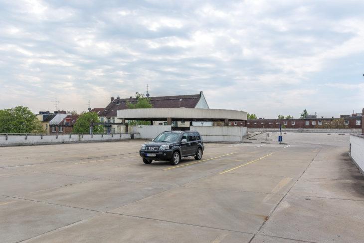 Gleichzeitig gähnende Leere auf dem direkt benachbarten Karstadt-Parkdeck (13.5.2017)