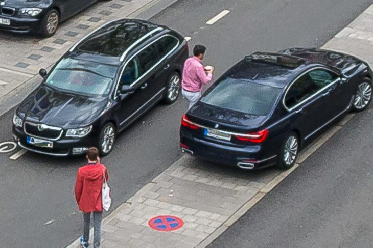 Dreist: Ein Falschparker auf der mittleren Verkehrsinsel in der Osterstraße blockiert den Verkehr für einen Becher Kafee (13.5.2017)