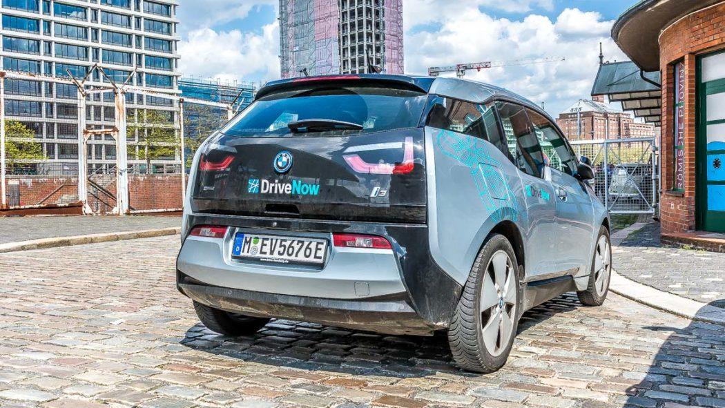 Ein rein elektrisch angetriebener i3 von DriveNow (BMW) in der Hamburger Speicherstadt