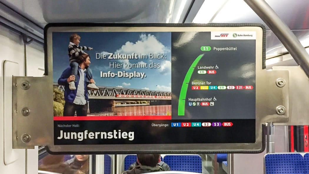 Ein Zug der Linie U3 fährt in die Station Hamburger Straße ein