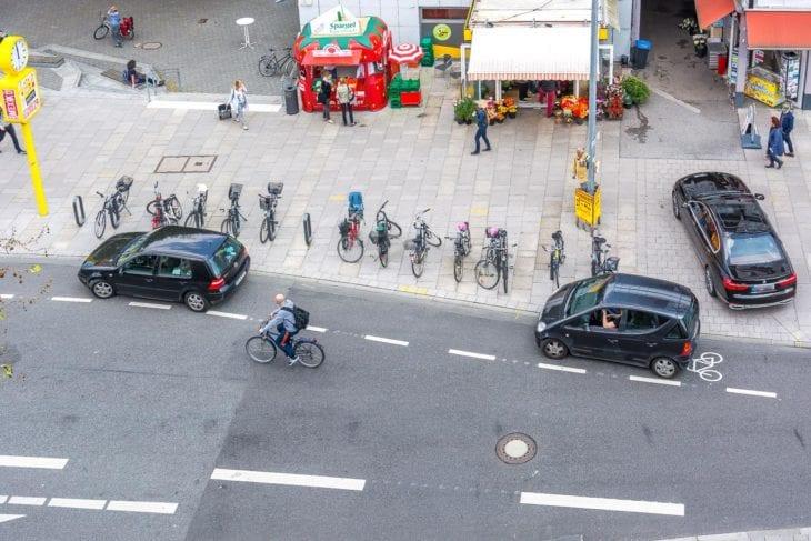 Zwei Autos blockieren den Fahrrad-Schutzstreifen auf der Osterstraße (20.5.2017). Radfahrer müssen auf die Fahrbahn ausweichen.