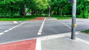 Für Radfahrer unerreichbar weit weg: Bedarfs-Ampeltaster an der Kieler Straße in Hamburg