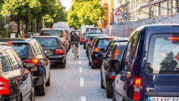 Ein Fahrradfahrer schlängelt sich durch einen Stau in Hamburg